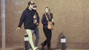 Froilán y sus amigos andando por la calle sin mascarilla y sin mantener las medidas de distanciamiento social, en Madrid.