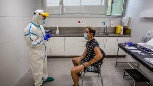 Una enfermera se dispone a hacer una PCR en el CAP Roger de Barcelona.