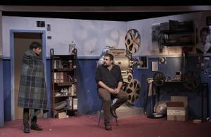 Los dos hermanos coinciden en la cabina de cine donde trabaja Eduard (derecha).