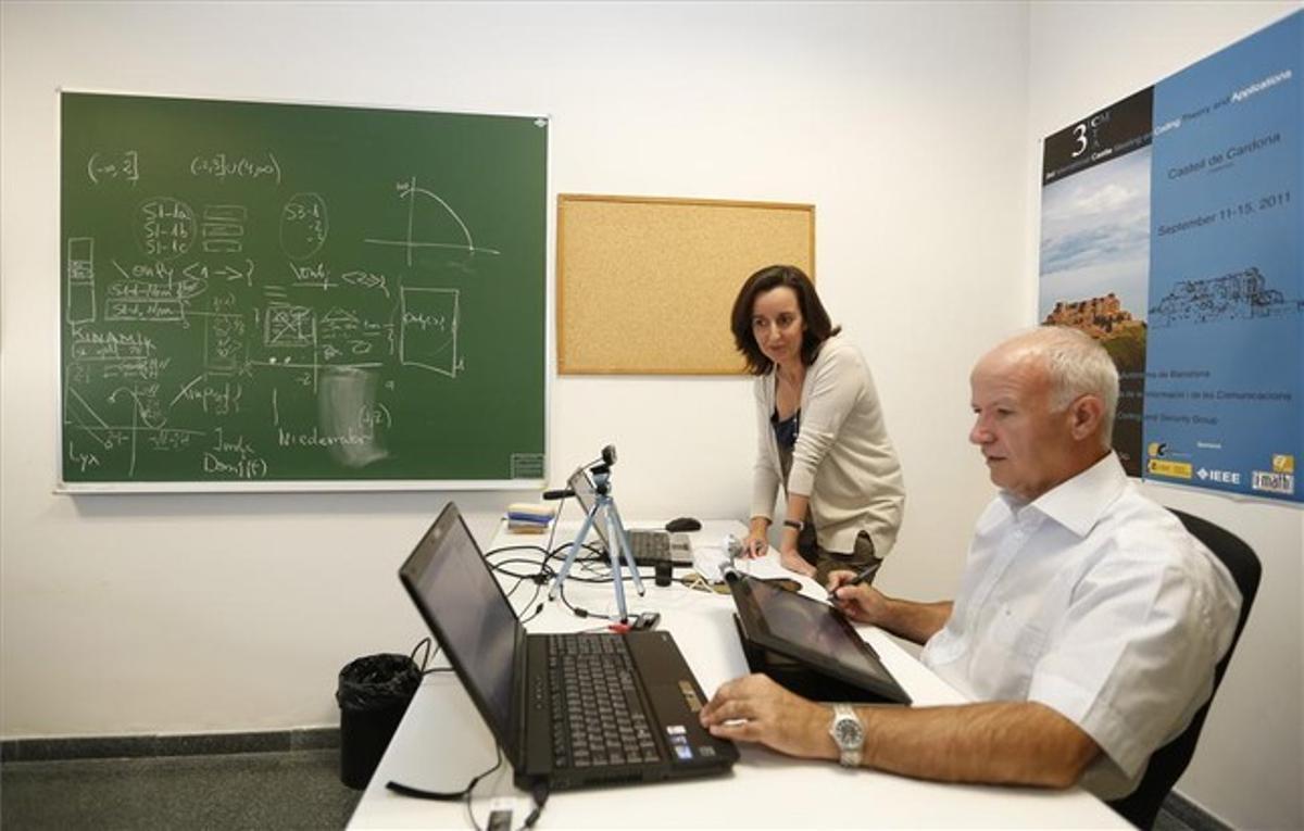 Los profesores Jaume Pujol y Mercè Villanueva supervisan el MOOC de cálculo de la UAB.