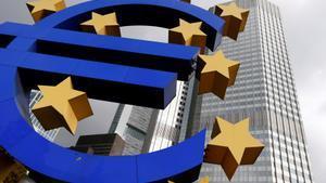 Escultura con el símbolo del euro en la sede del BCE en Frankfurt.