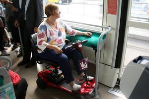 Una usuaria del transporte público con scooter durante un trayecto en TRAM.