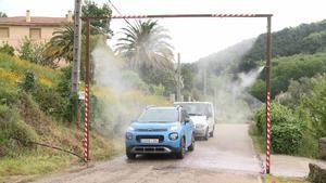 Gata (Cáceres) instala arcos desinfectantes a la entrada del pueblo como prevención frente al coronavirus.
