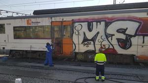 Limpieza de un tren pintado en la estación de Montcada-Bifurcació.