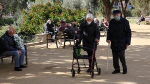 Vecinos disfrutando del parque frente a la Sagrada Família, este jueves.