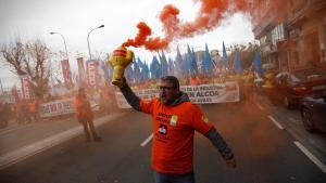 GRAF8107. A CORUÑA, 13/01/2019.- Trabajadores de Alcoa se manifiestan por las calles de A Coruña en defensa de la actividad y del empleo, contra el ERE para 686 trabajadores que pretende la multinacional del aluminio al cerrar las plantas de A Coruña y Avilés (Asturias). EFE/Cabalar