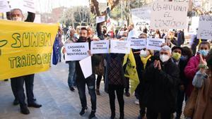Un grupo de personas protestan ante el cambio de gobierno en Parets del Vallès