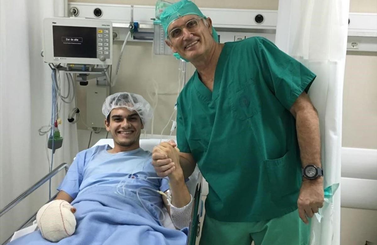 El doctor Xavier Mir junto a Bruno Hortelano, el día de