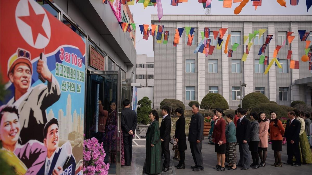 Los votantes hacen cola en una fábrica de Pyongyang durante las elecciones legislativas en Corea del Norte.