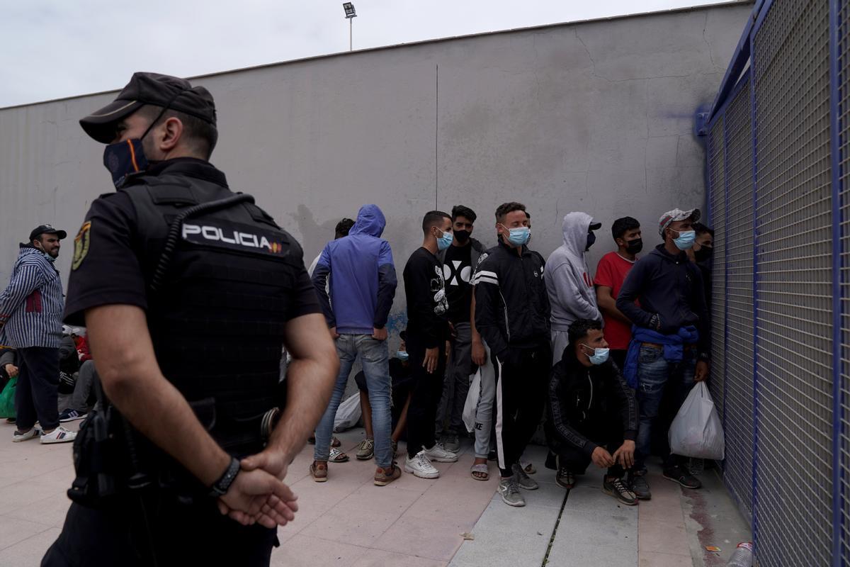 Un cola de migrantes espera la apertura de la frontera de Ceuta en el Tarajal para retornar a Marruecos tras la oleada humana del 17 de mayo.
