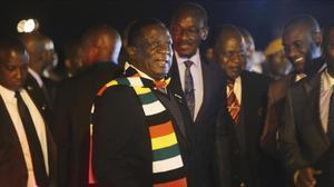 El presidente de Zimbabue Emmerson Mnangagwa, a su regreso anticipado a Harare por el estallido de las protestas.