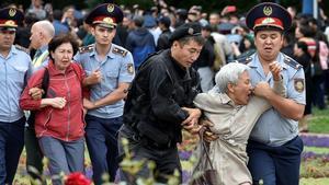Agentes de policía detienen a manifestantes partidarios de la oposición durante las elecciones presidenciales en Alma-Atá (Kazajistán).