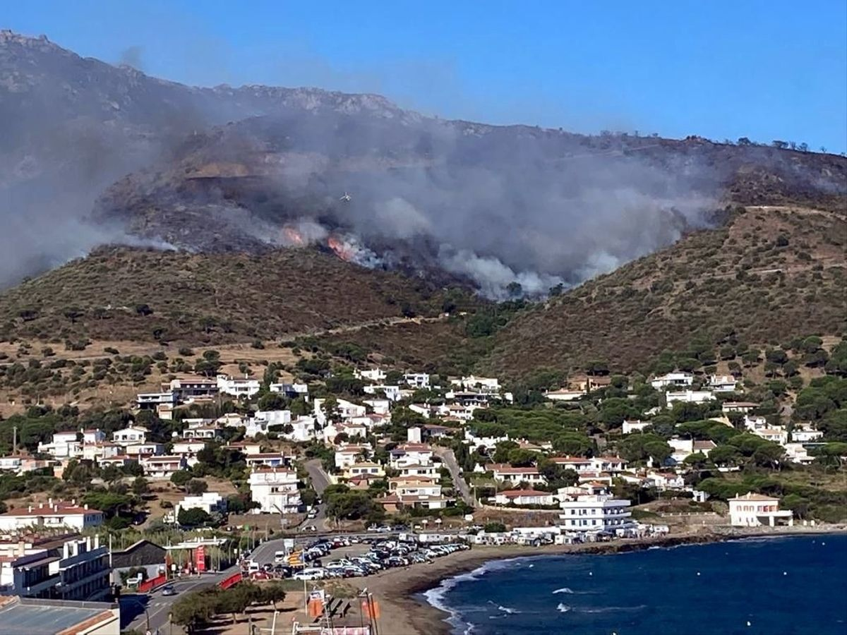 El incendio del Cap de Creus, visto desde el Port de la Selva, este sábado.