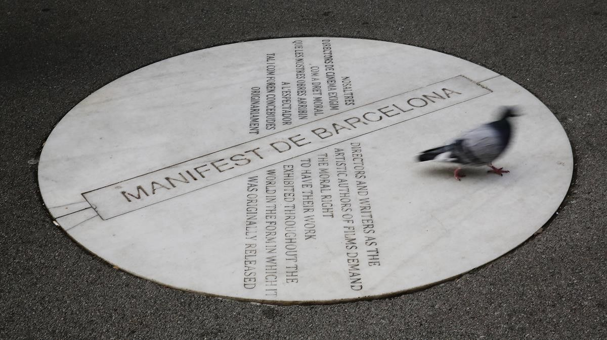 Una placa en la Rambla de Catalunya, último vestigio del olvidado festival de cine que Barcelona celebró durante cuatro años de los 80.