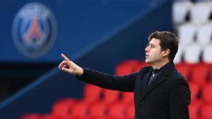 Pochettino da instrucciones en el Parque de los Príncipes en el último partido del PSG ante el Niza.
