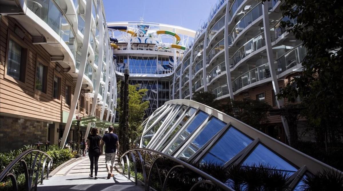 Zona 'central park' del barco, dotada de 10.500 plantas y árboles.