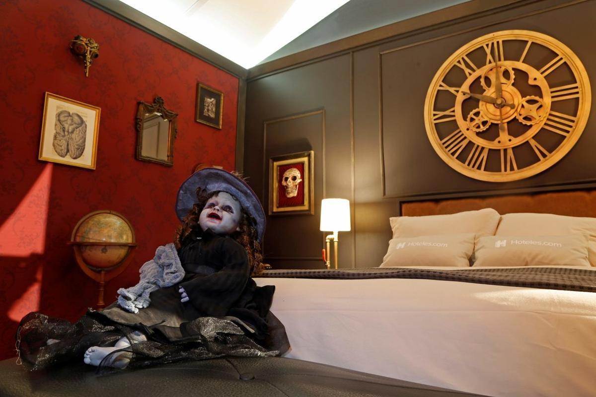 La monster suite tiene capacidad para dos personas y cuenta con todos los servicios de una habitación de hotel de primera categoría.