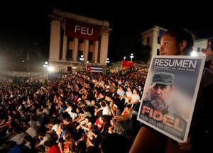 Una niñacon una imagen de Fidel Castro1926-2016participa en una velada conmemorativa por el segundo aniversario del fallecimiento del lider historico de la Revolucion cubana en la escalinata de la Universidad de La HabanaCuba.EFE Ernesto Mastrascusa