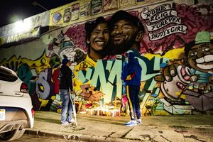 Los Angeles (United States), 28/01/2020.- Fans pay their respect at a makeshift memorial in front of a mural by the artists Mr79lts and Muck Rock showing Kobe Bryant and his daughter Gianna Bryant on a wall of the Pickford Market in Los Angeles, California, USA, 27 January 2020. Former US basketball player Kobe Bryant, his daughter Gianna, and seven others have died in a helicopter crash in Calabasas, California, USA on 26 January 2020. He was 41. (Baloncesto, Estados Unidos) EFE/EPA/ETIENNE LAURENT