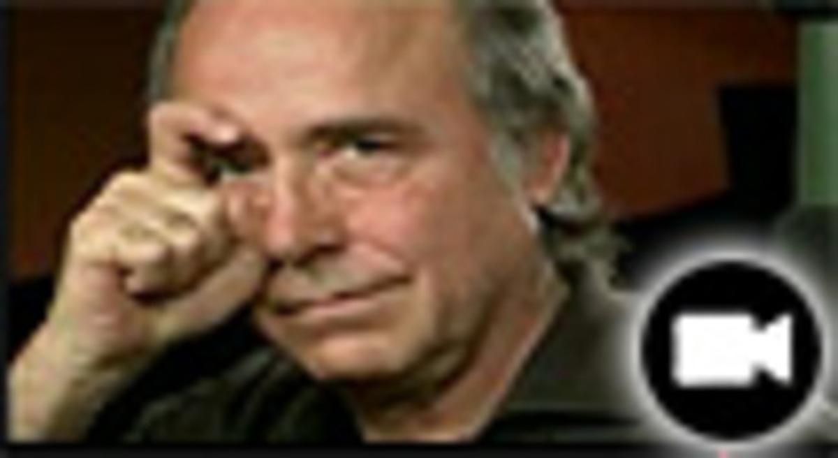 Serrat hace el gesto de la ceja de Zapatero en el vídeo del PSOE.