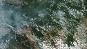 AME8784  --  BRASIL   21 08 2019 - Fotografia tomada el 13 de agosto de 2019 por el Espectrorradiometro de imagenes de media resolucion  MODIS  a bordo del satelite Aqua  y publicada en el servicio terrestre de la NASA  que muestra desde el espacio los focos de incendios forestales en la Amazonia brasilena  Segun el observatorio  que compara dos imagenes  una del 11 y otra del 13 de agosto  se detectaron varios incendios en los estados de Rondonia  Amazonas  Para y Matto Grosso  En la region del Amazonas  este tipo de incendios no es comun gracias a que la humedad evita que se propaguen  Sin embargo  en julio y agosto se pueden presentar debido a que coincide con la temporada de sequia  anade el observatorio  EFE  Observatorio Terrestre de la Nasa SOLO USO EDITORIAL NO VENTAS