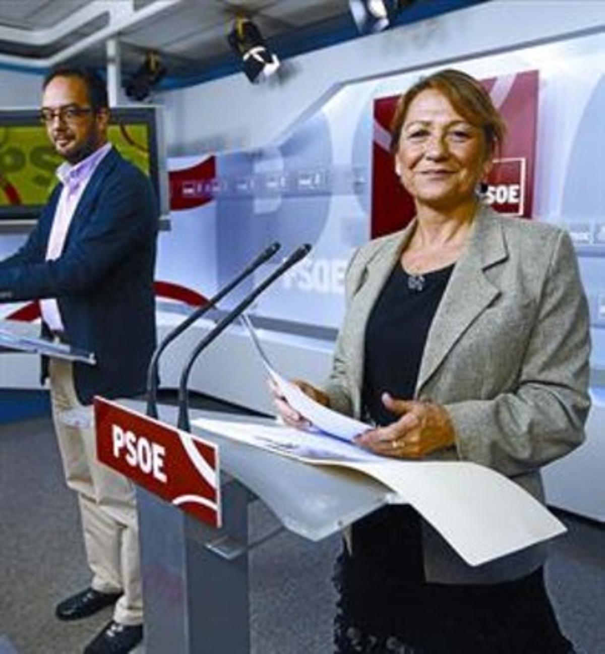 Los diputados socialistas Antonio Hernando e Inmaculada Rodríguez Piñero exponen la posición del PSOE sobre los desahucios, ayer.