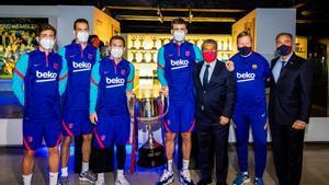 Sergi Roberto, Busquets, Messi, Piqué, Laporta, Koeman y Yuste, en el Museo del Camp Nou.