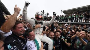 El británico Lewis Hamilton es elevado a los cielos por los mecánicos de Mercedes.