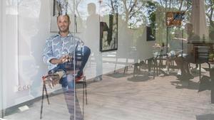 Andrew M. Dawes, impulsor y propietario de Gallery Opening, la sala de arte que ha abierto en el barrio de Canyelles.