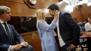 Cristina Cifuentes (PP) da el pésame a Ramón Espinar (Podemos) por el fallecimiento de su abuela, en el pleno de moción de censura en la Asamblea de Madrid.