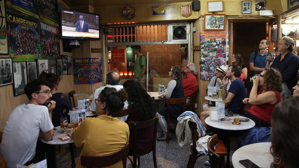 Retransmisión del discurso de Puigdemont en el bar La Masia.