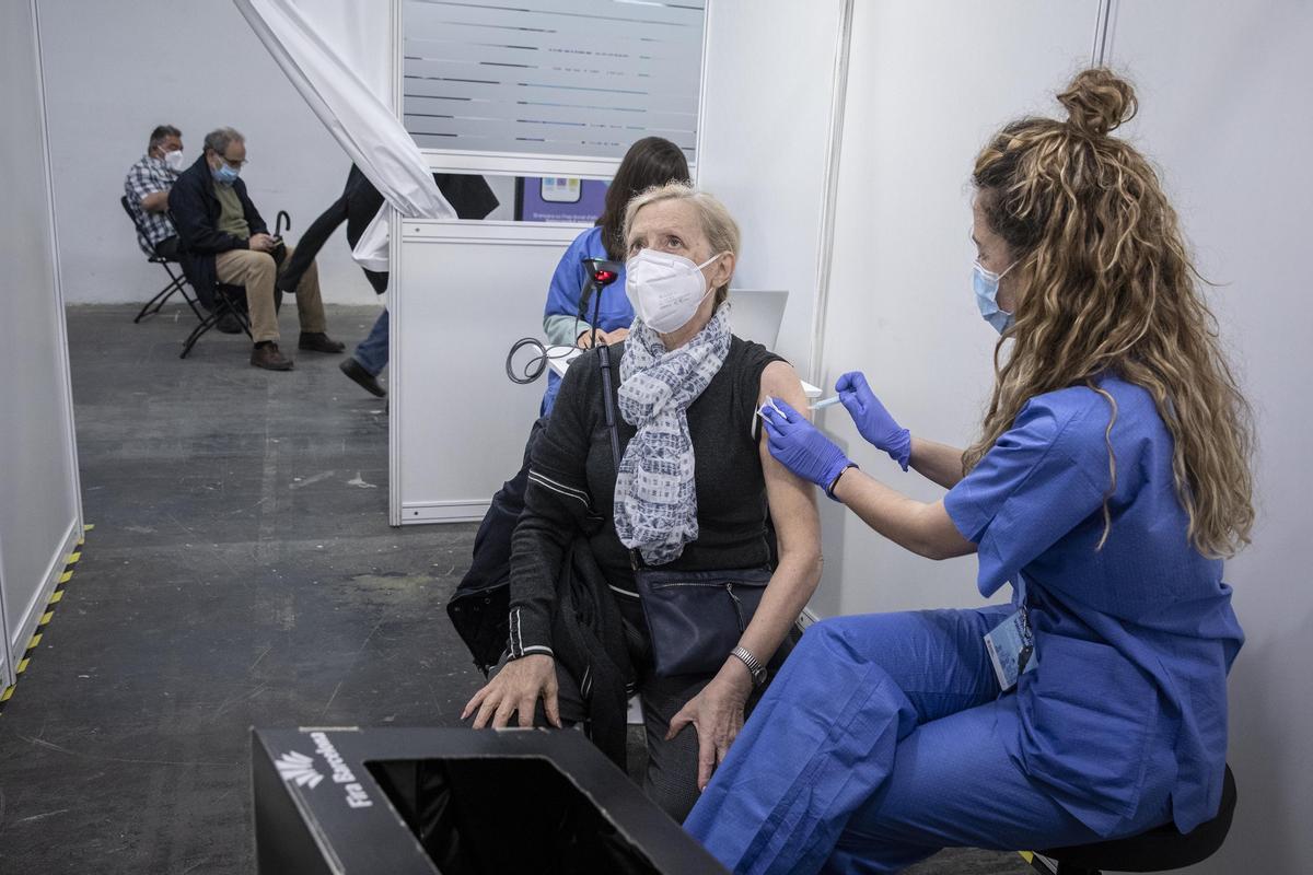 Una mujer se vacuna, en la Fira de Barcelona