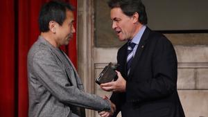El 'president' Mas entrega el Premi Catalunya a Murakami.
