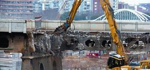 Trabajos de derribo, ayer, del antiguo Pont del Treball Digne, cerrado al tráfico desde el pasado fin de semana.