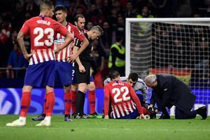 Álvaro Morata, en el suelo, atendido por los doctores del Atlético de Madrid.