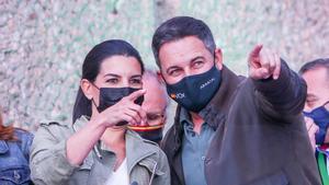 El líder de Vox, Santiago Abascal, y la candidata ultra, Rocío Monasterio, en el cierre de campaña
