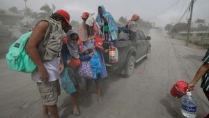 La actividad del volcán Taal en Filipinas obliga a evacuar a decenas de miles de personas.
