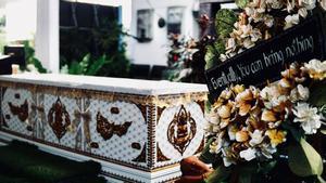Ataúd y ofrenda floral del 'Kid Mai DeathCafe'