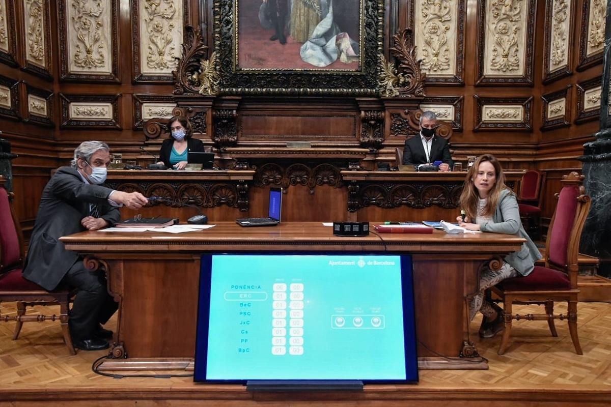 Colau y Collboni durante el pleno del Ayuntamientode Barcelona, este viernes.