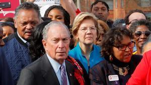 Los candidatos presidenciales demócratas Elizabeth Warren (centro, a la derecha)y el exalcalde de Nueva York Michael Bloomberg (centro, a la izquierda), durante una marcha popular en la ciudad de Selma, Alabama.