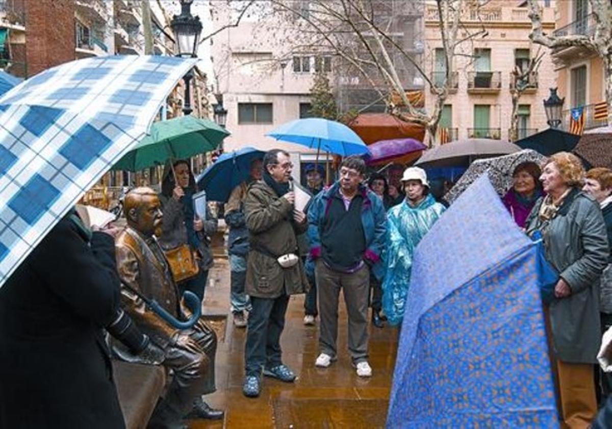 Rovira i Trias 8Carles Sanz explica la relación de esta plaza del arquitecto (su estatua, sentada) con Marsé.