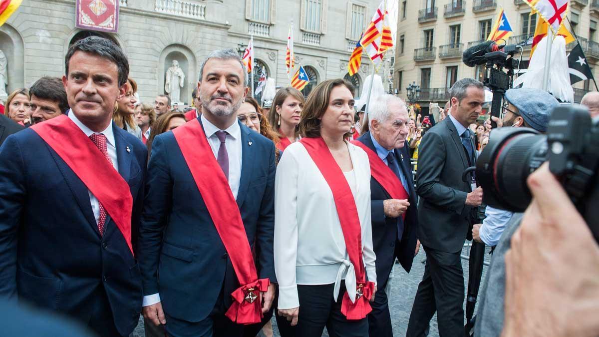 Ada Colau, junto al resto de concejales, se dirigeentre abucheos del ayuntamiento de Barcelona al Palau de la Generalitat, este sábado tras la investidura.
