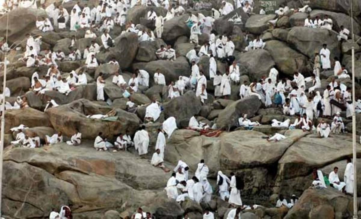 Peregrinos musulmanes realizan el rezo de alba antes de la salida del sol sobre el monte Arafat, a 19 kilómetros de la ciudad saudí de La Meca, para expiar sus pecados en el segundo día del hach o peregrinación mayor a La Meca (Arabia Saudí).