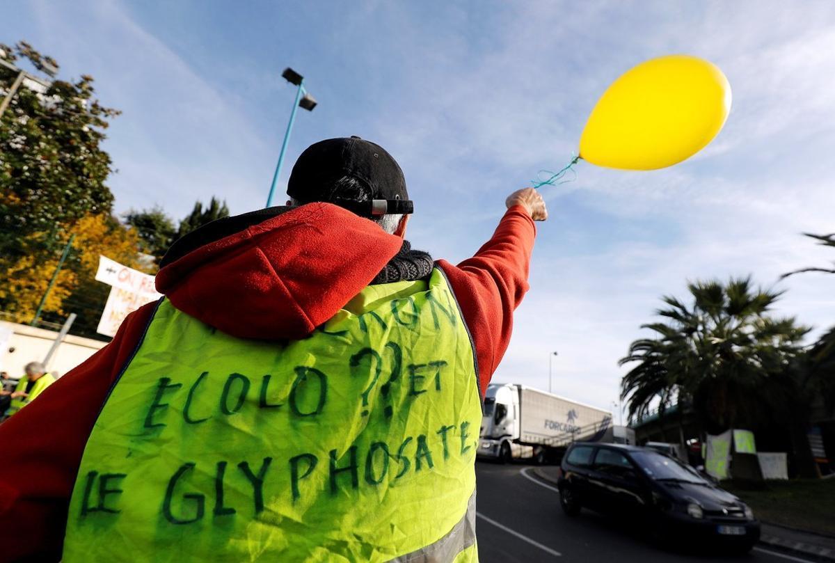 Un manifestante con un chaleco amarillo protesta por los precios del carburante mientras intenta bloquear una carretera, en Antibes, el pasado29 de noviembre.