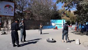 La policía ala entrada de la Universidad de Kabul este lunes