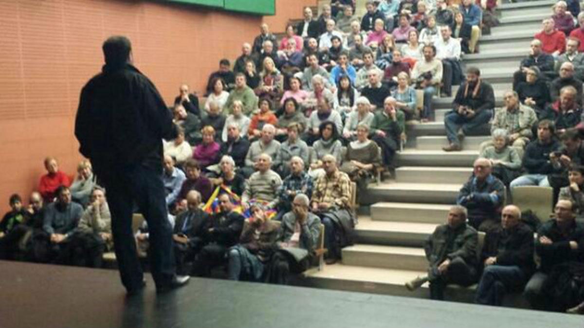 Junqueras (de espaldas) en el acto de este jueves de ERC celebrado en el Ateneo de Torrelles de Llobregat .