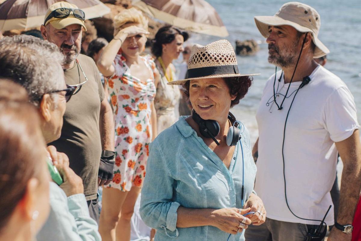 Icíar Bollaín (con sombrero) durante el rodaje en la playa.