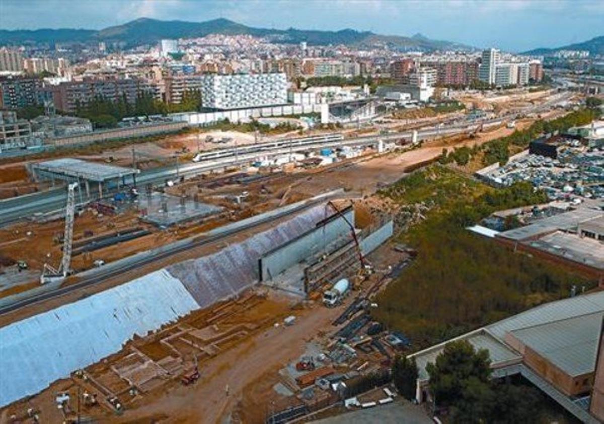 Villa de La Sagrera, abajo, ayer, con el futuro Pont del Treball Digne, a la izquierda.
