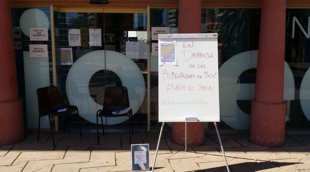 Un panel informa sobre la jornada de huelga en una de las bibliotecas públicas de Barcelona, el pasado lunes.
