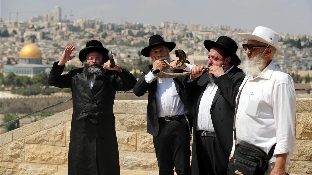 Judíos ultraortodoxos tocan el shofar, un instrumento litúrgico judío, con motivo de la festividad del Yom Kippur, este miércoles en Jerusalén.